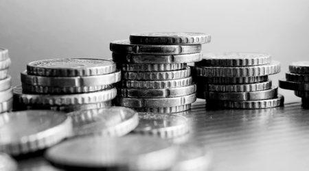 Gros plan rapproché sur des piles de pièces de monnaie sur une table