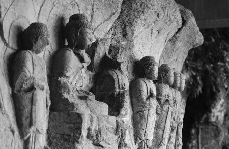 Bouddhas de pierre d'Usuki taillés dans le rocher.