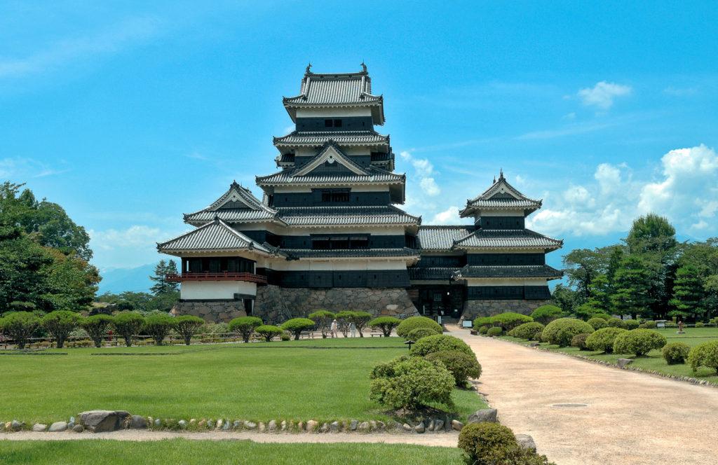 Karasu-jo, le château du corbeau, à Matsumoto s'élève au-dessus d'un jardin méticuleusement entretenu.