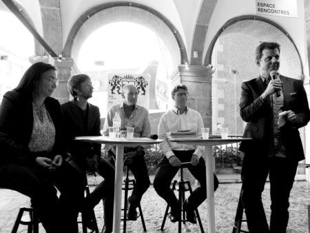 Vue des intervenants au débat dans le forum de l'Hôtel de Ville de Lausanne.