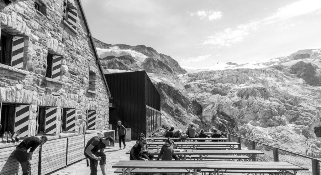 Photo de la terrasse de la cabane de Moiry.