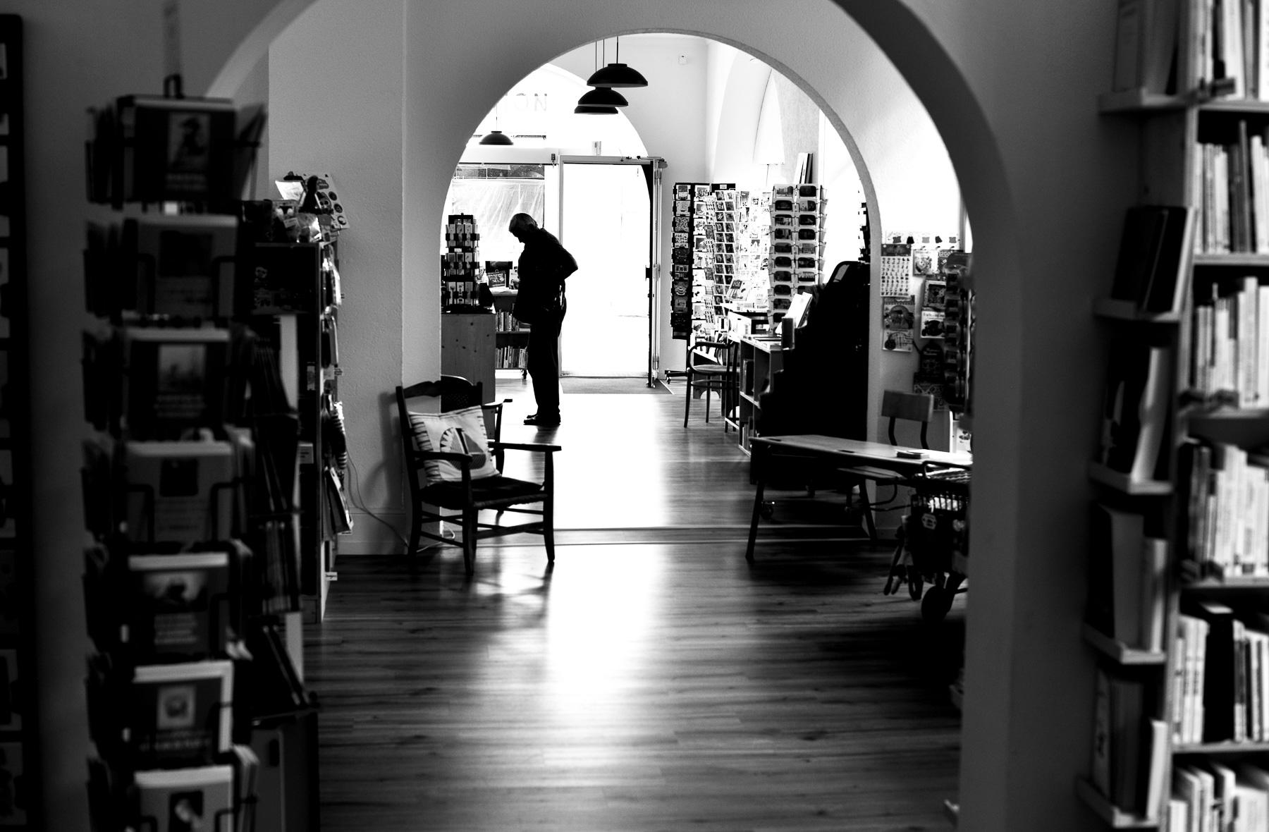 Vue intérieure très contrastée de la librairie indépendante «Page 2016», à Payerne.