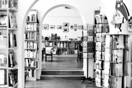 Photo de l'intérieur de la librairie indépendante «Page deux mille seize», à Payerne, avec ses pièces en enfilade.