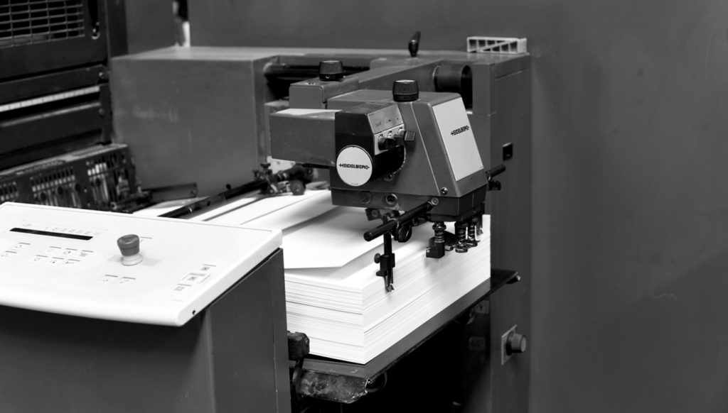 Bac de chargement d'une imprimante offset et son dispositif d'entraînement des feuilles.