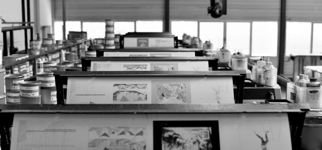 Presse offset à l'action, en perspective dans un atelier.