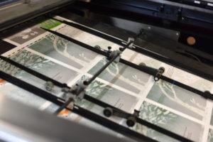 Les pages défilent dans une machine cylindrique.