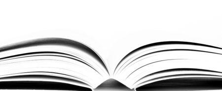 Un livre ouvert, vu du dessous.