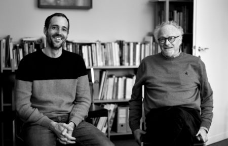 Portrait de Nahum Frenck et Jon Schmidt assis dans leur cabinet.