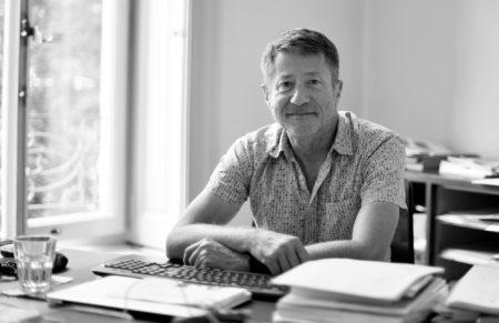 Portrait d'Olivier Babel à son bureau