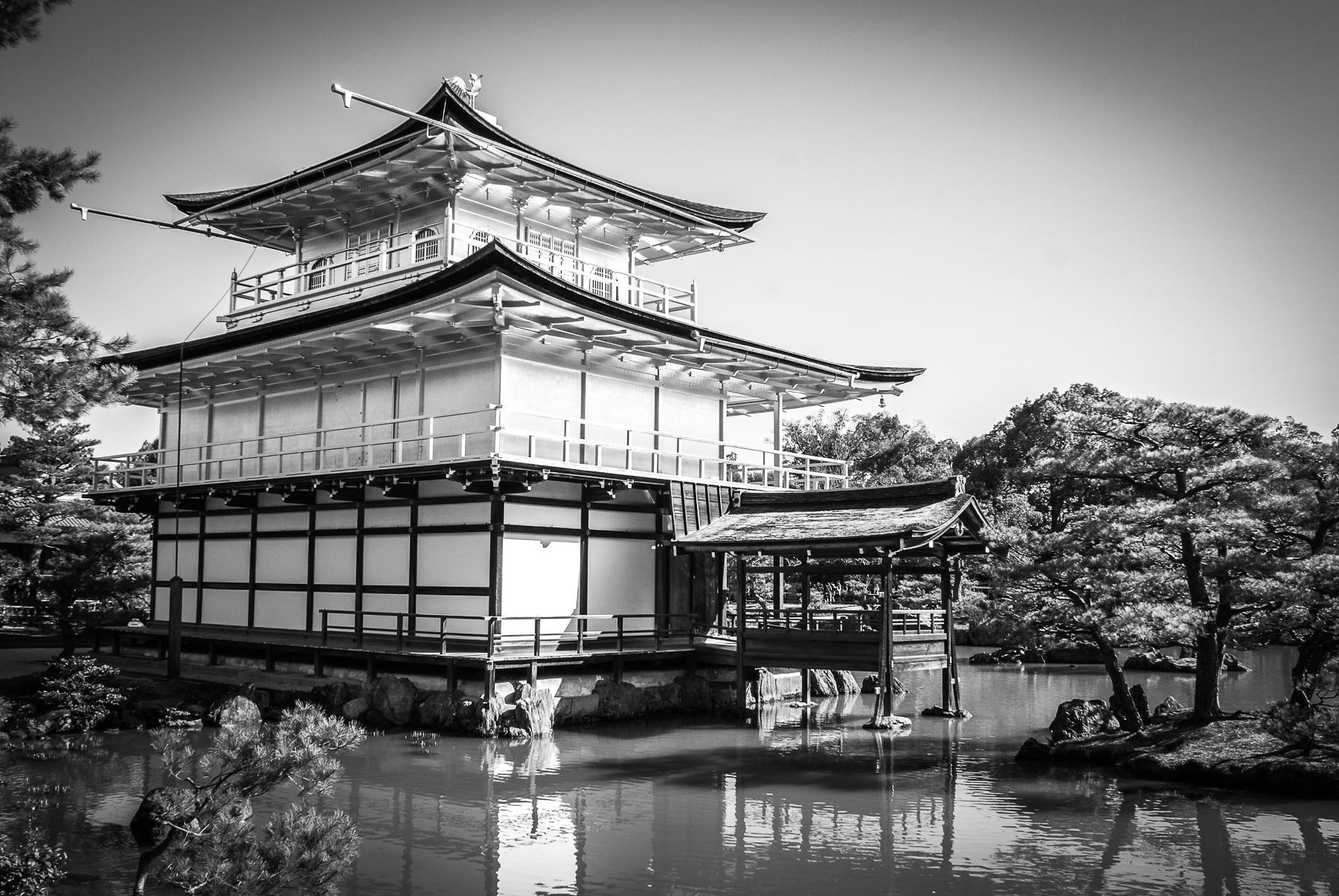 Le pavillon d'or de Rokuon-ji à Kyoto, entouré d'eau et de verdure.