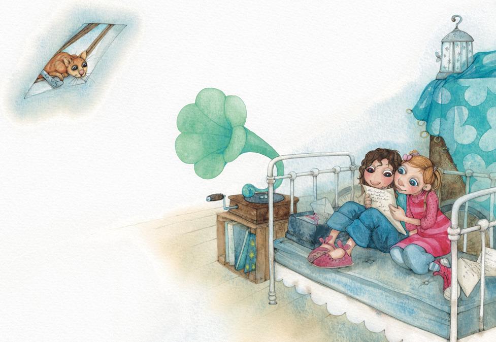 Dans un grenier, deux filles sont assises l'une à côté de l'autre sur un lit en fer, en train de lire une lettre jaunie sortie d'une boîte. Un vieux gramophone est posé à côté du lit, sur une caisse en bois contenant des vinyls. Un chat les regarde depuis une lucarne.