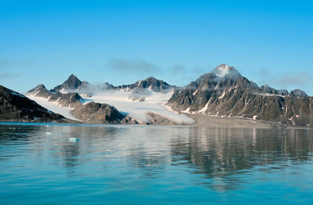 Photo du mont Spitzberg en été, partiellement couvert de neige.
