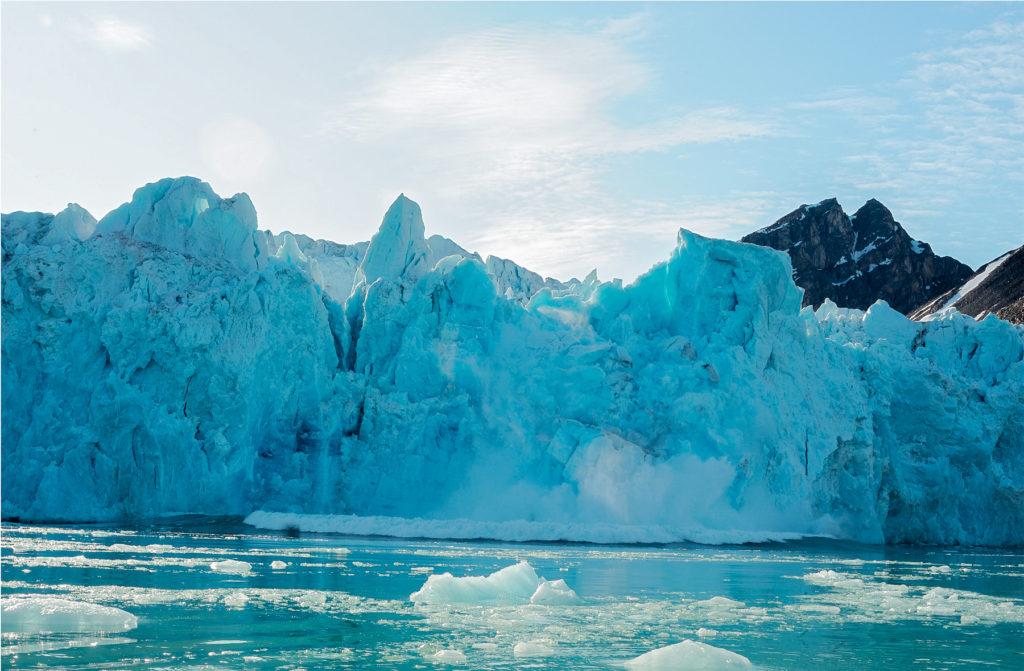 Photo d'une chute d'une parois de glace dans le cercle polaire.