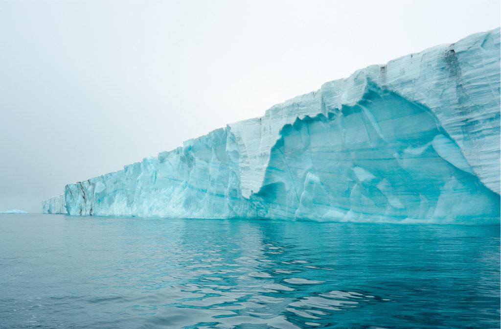 Photo d'une majestueuse falaise de glace bleutée au Spitzberg.