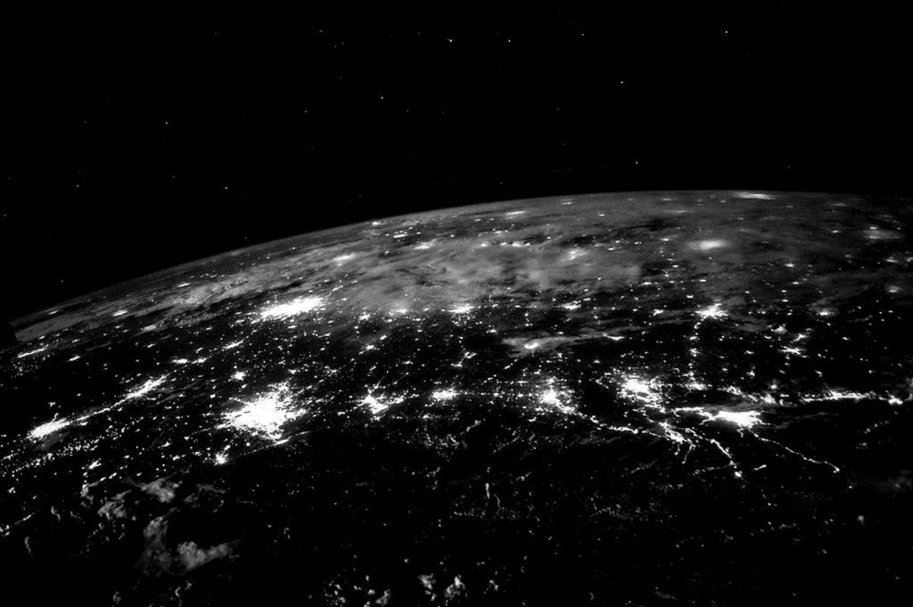 Image nocturne de la Terre illuminée par l'éclairage public.