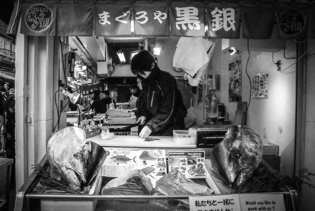 Etal d'un poissonnier à Tokyo.