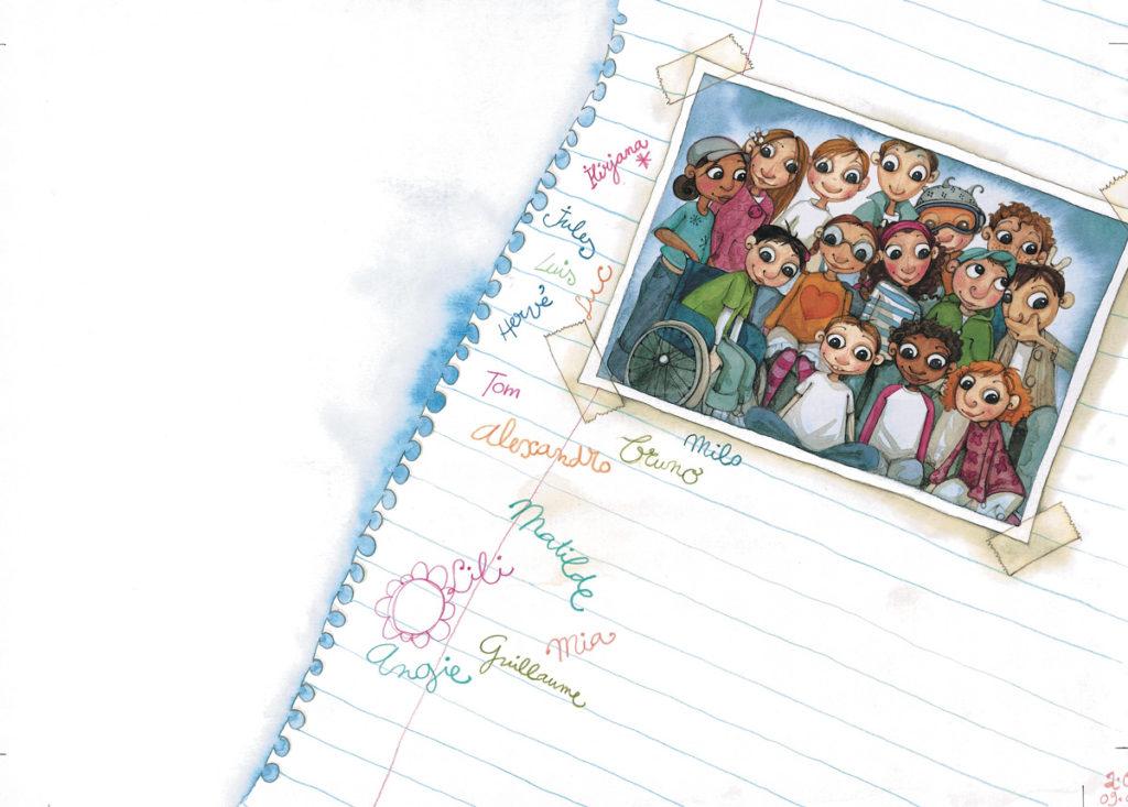 Illustration d'une page de carnet arrachée sur laquelle une photo de classe est scotchée. Dans la classe, des enfants de toutes origines, l'un d'entre eux est en fauteil roulant. Chacun a inscrit son prénom sur la page, autour de la photo.