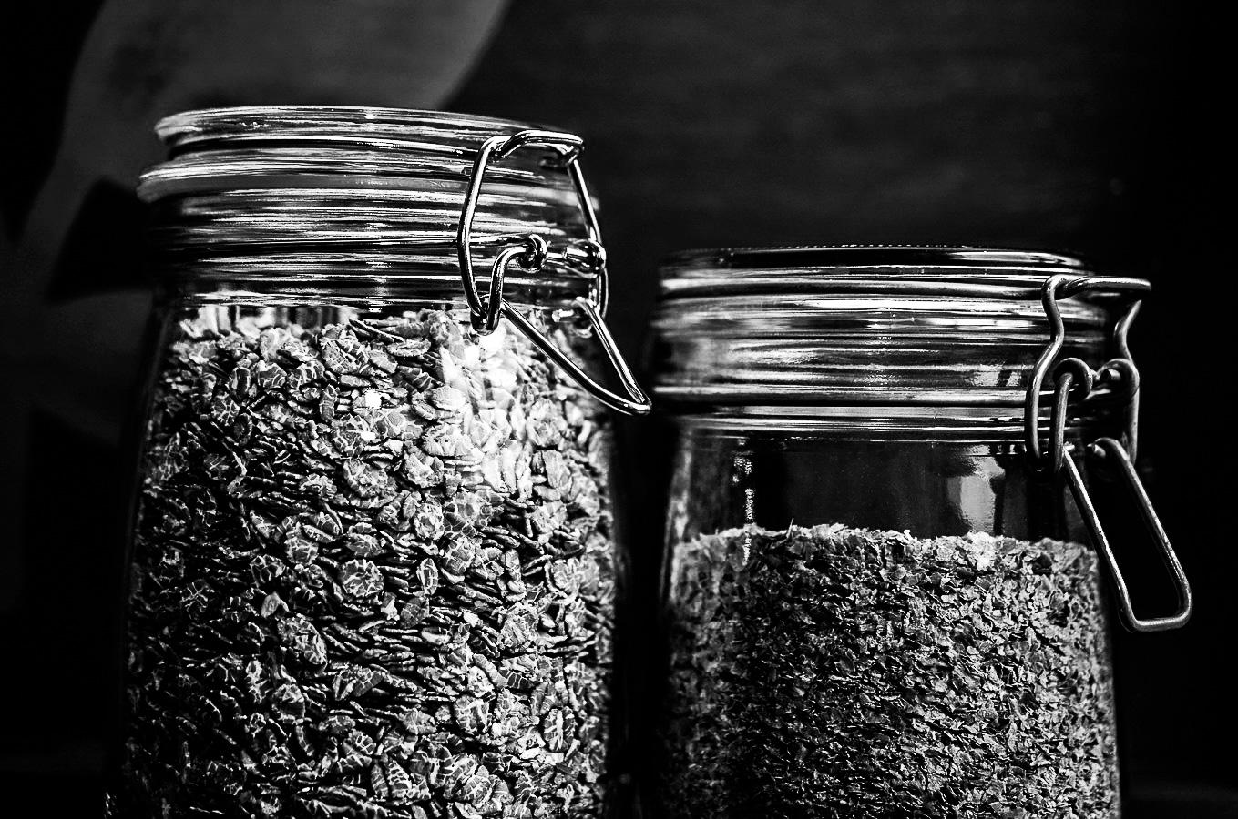 Bocaux de céréales en verre.
