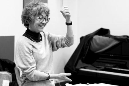 Photo de Fabienne Gay-Balmaz donnant un cour de musique