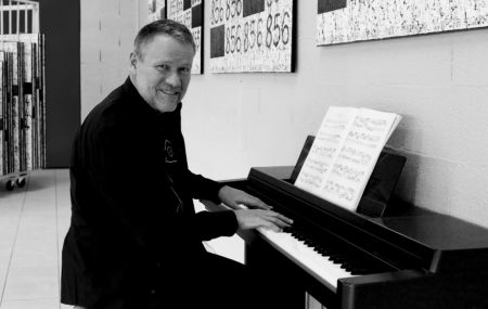 Jean-Claude Bossel au piano dans son atelier.