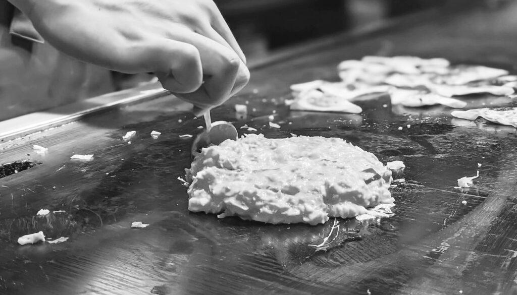 Préparation d'un okonomiyaki