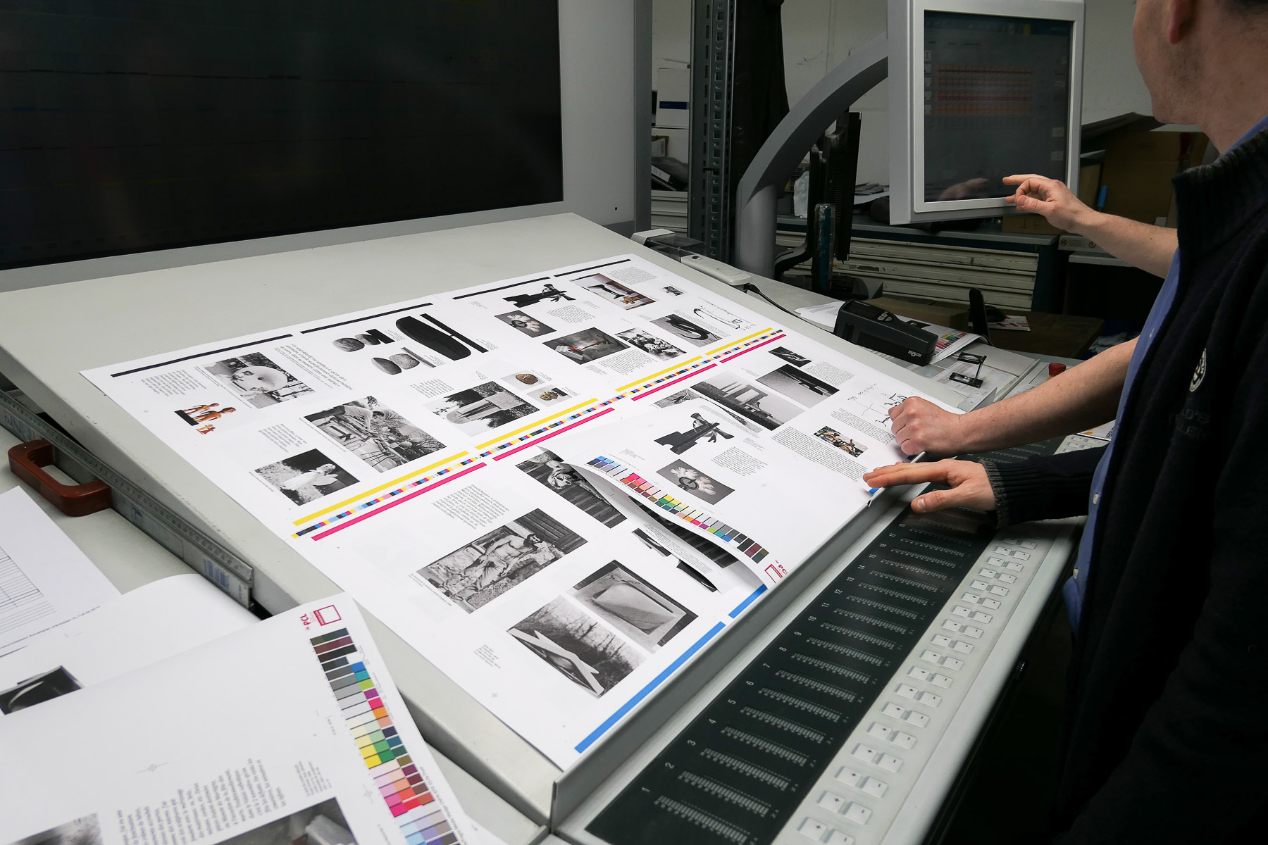 L'imprimeur et l'éditeur discutent les tons des feuilles imprimées à l'essai. Cette étape est importante, afin d'assurer la qualité d'impression.