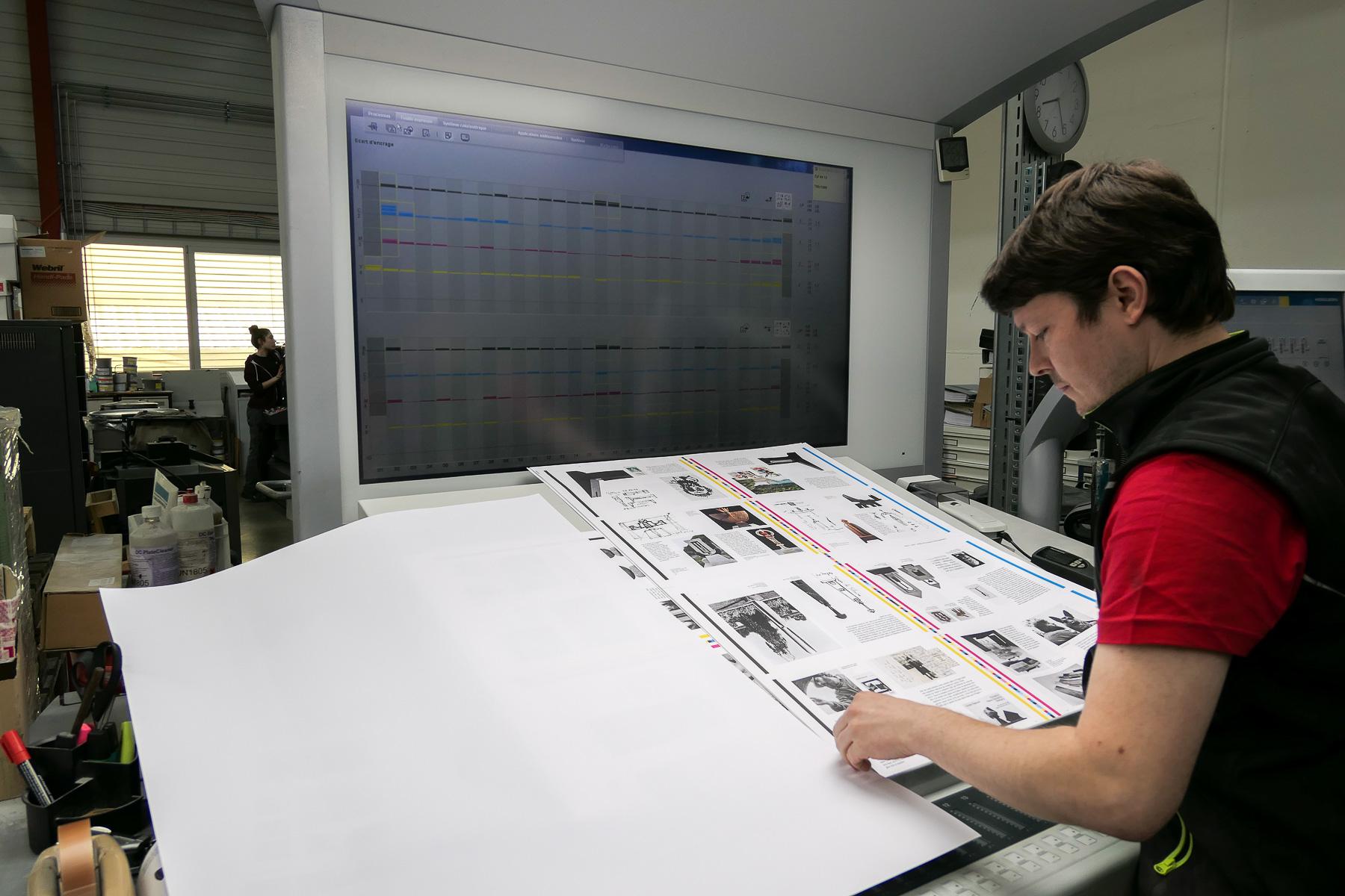 2) À la demande de l'éditeur, l'imprimeur ajuste les tons de noir, pour que le détail des photos ressorte mieux.