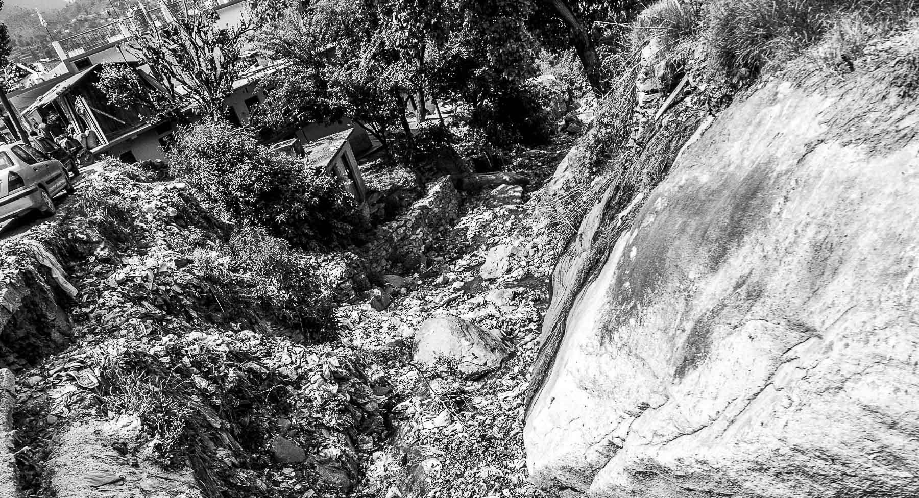 Des déchets plastiques se déversent dans un ravin traversant un village de la Yamuna Valley.