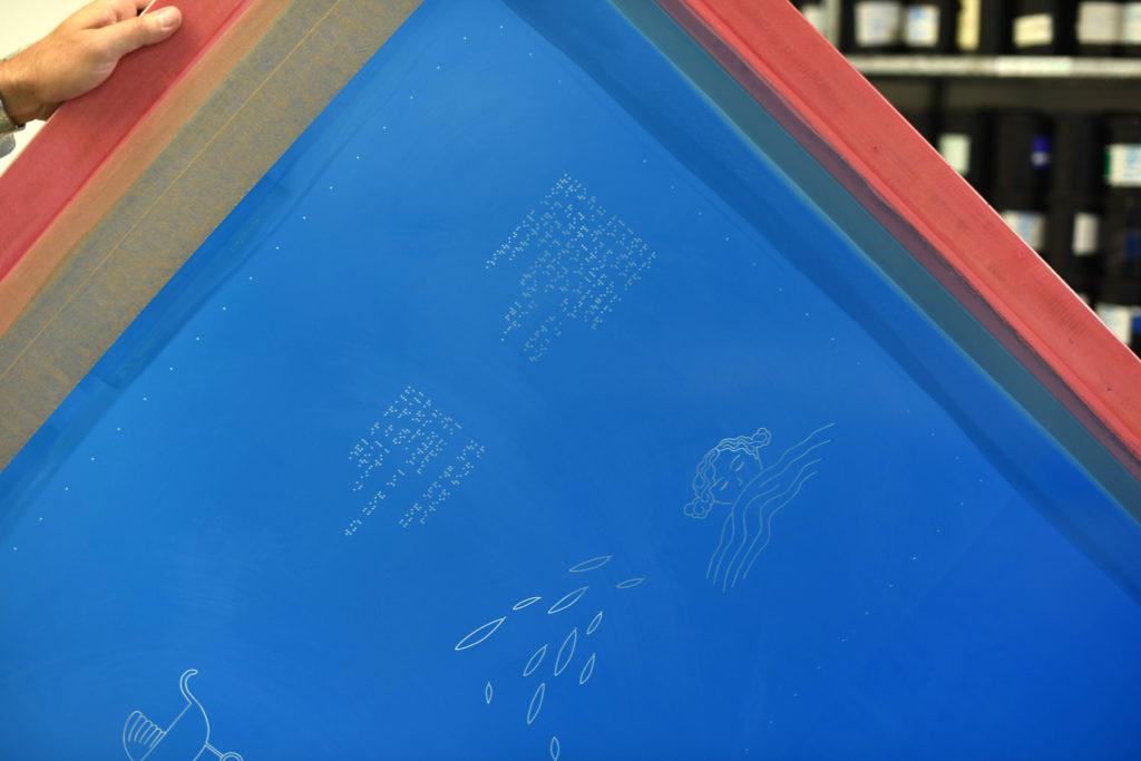 Un des pochoirs utilisés pour apposer l'encre, qui se solidifiera en écriture et dessins en relief.